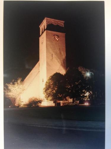 Ter ere van de broonk is de kerktoren 's avonds uitgelicht