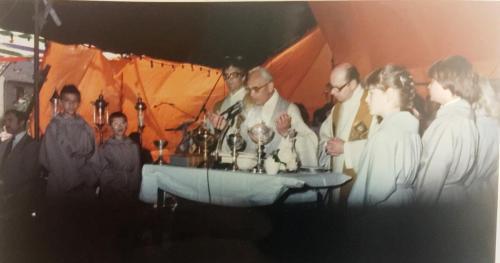 De Eucharistieviering in de Broonk Tent. Met Mgr. Soudant, pastoor Lemmens en kapelaan Eijssen