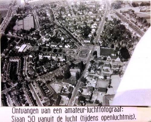 Plechtige H. mis  op plein Vredeslaan vanuit de lucht