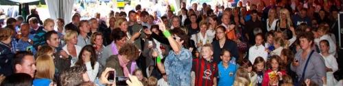 Mooi overzicht van de feesttent met Fabrizio (klik op foto)